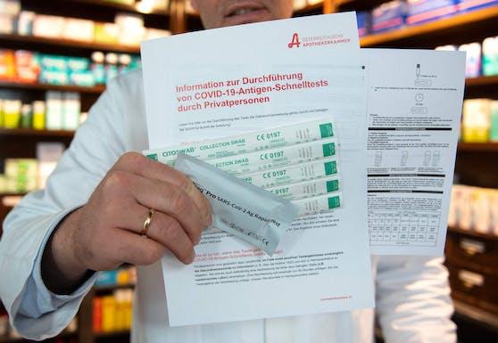 Der Wiener Apotheker Thomas Mueller-Uri zeigt die Bestandteile der Antigen-Selbsttest-Kits, die nun gratis ausgegeben werden.