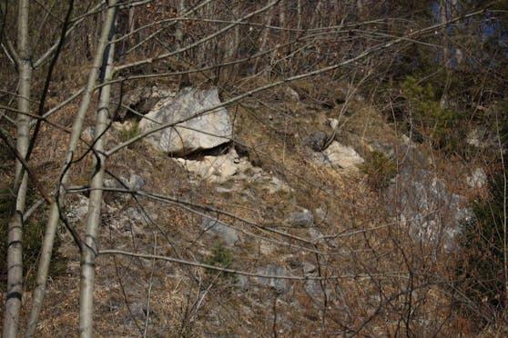 Direkt hinter der Zentrale der Bergrettung befindet sich der tonnenschwere Felsbrocken, der gesprengt werden muss.
