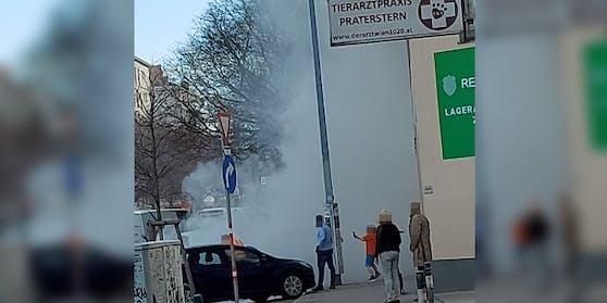 In Wien-Leopoldstadt rauchte ein Auto ab.