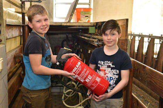 Die beiden Freunde Hannes Moser (li.) und Valentin Buchegger löschten den Brand im Stall.