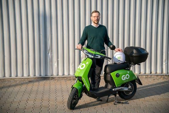 David Jauernik, Austria Manager von GO Sharing, bringt die grünen E-Mopeds nach Wien.