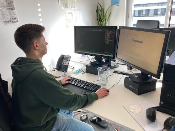 Philip Ainberger liebt es am Computer zu arbeiten.