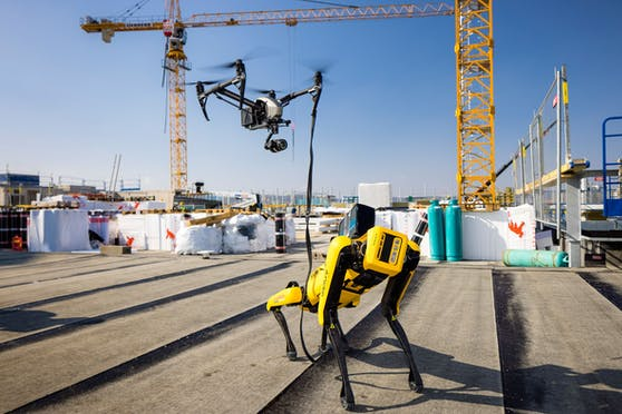 """Roboterhund """"Spot"""" zieht seine Runden durch die Baustelle des Ikea Wien Westbahnhof."""