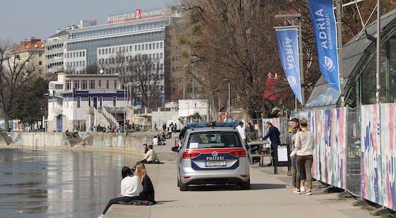 Wiener genießen die Sonne am Donaukanal – im Oster-Lockdown ist das aber nur noch mit Maske erlaubt.