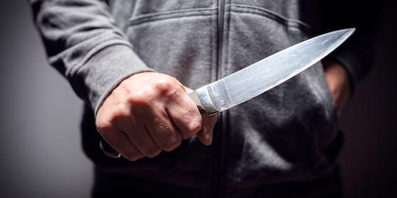 Wegen einer Packung Zigaretten sah ein 13-Jähriger aus dem Bezirk Murau rot und bedrohte eine Trafikantin mit einem Messer.