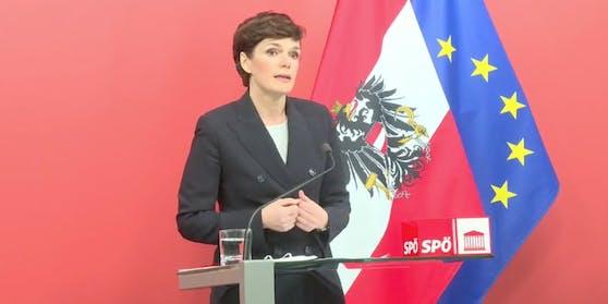 Pamela Rendi-Wagner im roten Foyer am 4. März 2021