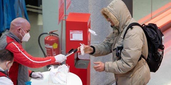 Nach dem Schwindel-Skandal nehmen die großen Supermarkt-Ketten die Hygiene-Austria-Masken aus dem Sortiment.