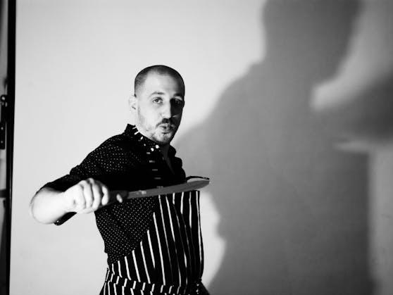 """Seit 2014 erfindet der in Wien lebende Brite Rich Holmes (36) Rezepte für Bratwürstl. Für Ostern hat er sich neue """"Britwurst-Varianten"""" überlegt."""