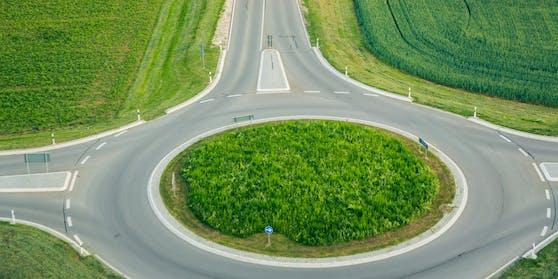 Luftaufnahme eines Kreisverkehrs. Symbolbild