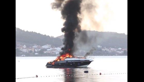 Eine Yacht ging in Flammen auf.