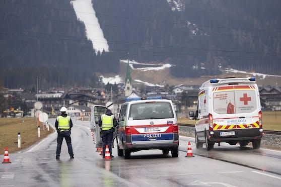 Ausreise-Kontrollen in Mayrhofen: Orte sollen nun komplett abgeriegelt werden können.