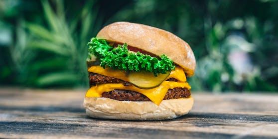 Optisch sowieso, aber auch geschmacklich, nähern sich vegane Burger immer mehr denen mit Fleisch an.