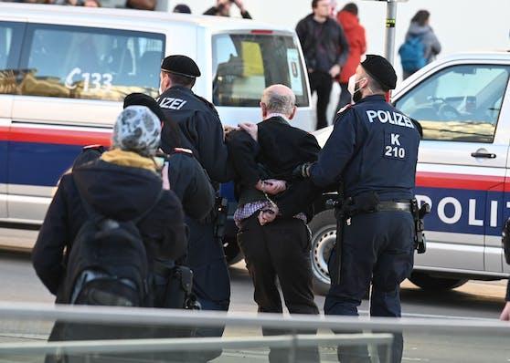 Bei der Demonstration in Innsbruck wurden 29 Personen angezeigt. Archivbild vom 20. Februar 2021.