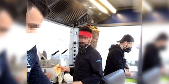 Diese Mitarbeiter eines Kebabstands trugen weder eine FFP2-Maske noch hielten sie Abstand
