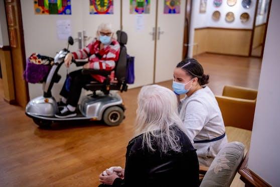In Pflegeheimen wird es bald mehr Besuche geben. Symbolbild.