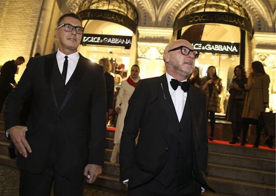Domenico Dolce (rechts) und Stefano Gabbana hängt ihr Rassismus-Debakel noch nach. Vergessen machen wollen sie es anscheinend nicht.