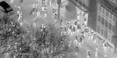 Video zeigt Sturm von 150 Demo-Chaoten auf Versicherung