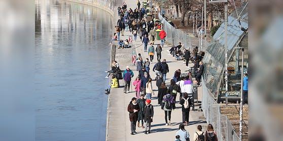 Menschenmassen am Donaukanal, aufgenommen im März 2021