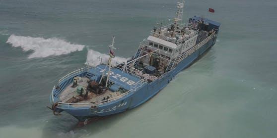 Ein chinesischer Fischdampfer mit 130 Tonnen Heizöl an Bord ist vor Mauritius auf Grund gelaufen.