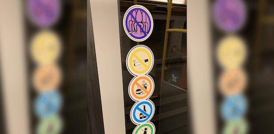 Wer diesen Sticker platziert hat wünscht sich wohl mehr Platz in den Öffis