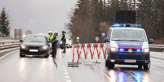 Die Polizei kontrolliert die Ausreise.