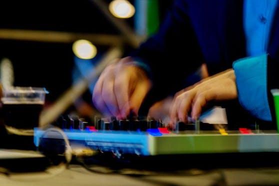 Die Polizei löste am Wochenende eine Techno-Party auf. (Symbolbild).