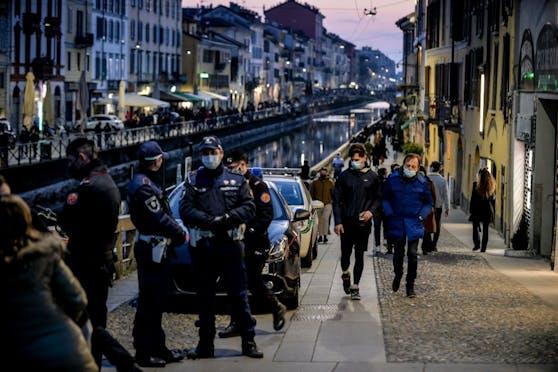 Polizeistreifen kontrollieren die nächtlichen Ausgangsbestimmungen in Mailand, Italien. (Symbolbild)