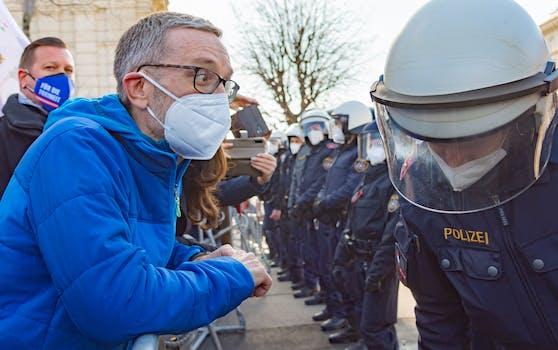 FPÖ-Klubchef Herbert Kickl bei einer Demonstration. Zu einem anderen Zeitpunkt soll er ohne FFP2-Maske gesichtet worden sein.