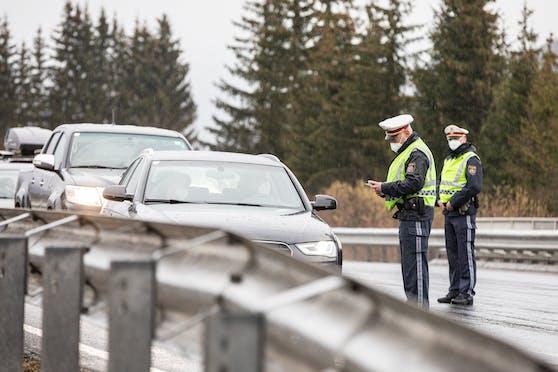 Kontrollen der Polizei bei Ausreisebeschränkungen in Corona-Gemeinden.