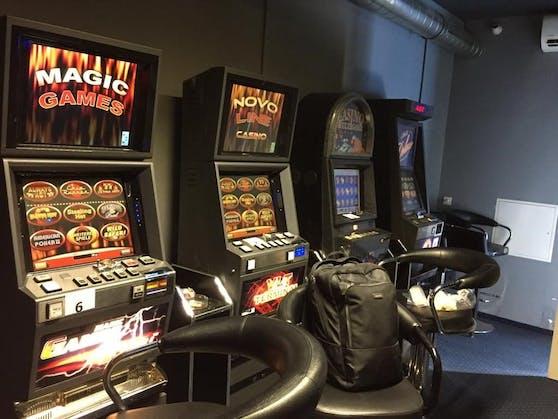 Das Foto zeigt illegale Glücksspielautomaten, die bei Razzien der Finanzpolizei in Salzburg entdeckt wurden.
