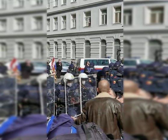 Die Polizei schütze sich mit Schildern.