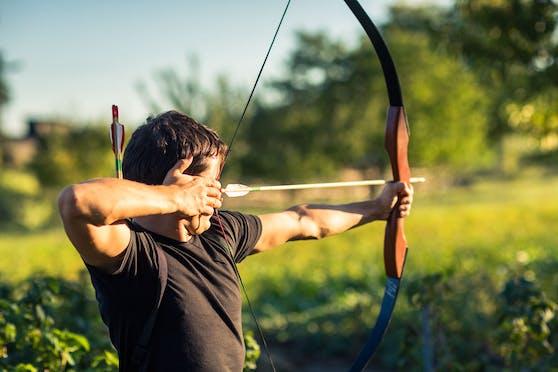 Ein Mann trainiert mit Pfeil und Bogen. Symbolbild
