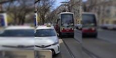 Taxler parkt halb auf Straße, Bim kommt nicht durch