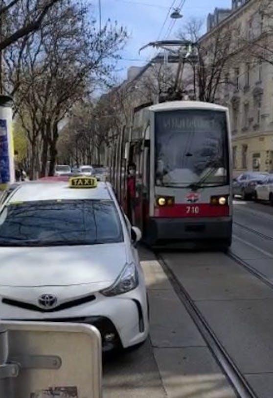 Das Auto war so schlecht geparkt, dass die Straßenbahn nicht vorbei kam.