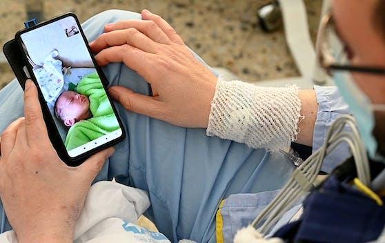 Hat wegen der Herztransplantation die Geburt seines Sohnes verpasst: Antonio Salvador schaut sich das Foto seines ersten Kindes an.