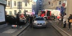Übungsfahrt-Auto brettert über Gehsteig in Rohrpfosten