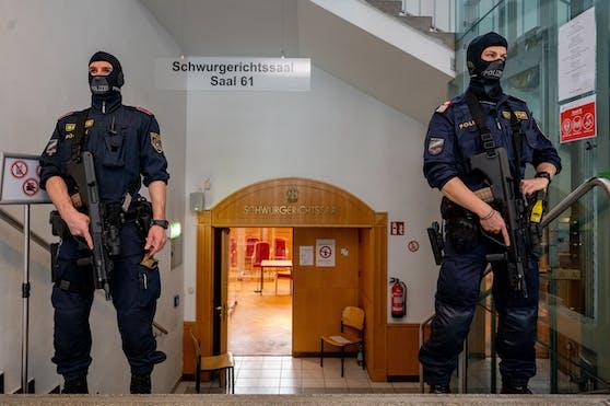 Unter strengen Sicherheitsvorkehrungen startete am Montag der Prozess gegen drei mutmaßliche Dschihadisten.