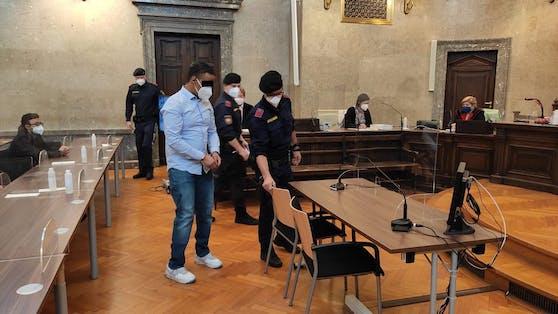 Der Angeklagte (28) wurde in Handschellen vorgeführt.
