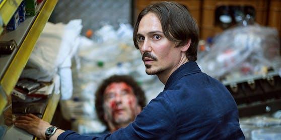 Hinter der Kasse des Nachtkiosks findet Anton Maler (Christopher Schärf, rechts) die Leiche von Sandro Esposito (Christoph Gaugler).