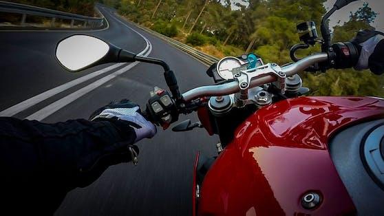 Der Biker beschleunigte sein Motorrad laut Polizei auf 200 km/h.