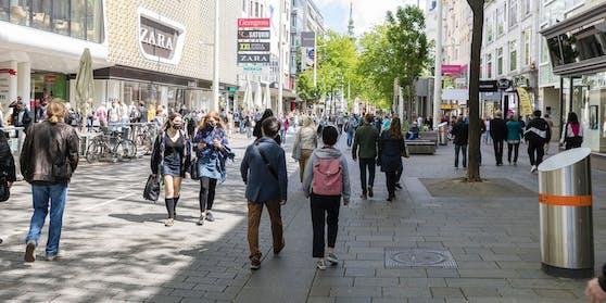 Menschen auf der Mariahilfestraße(Symbolbild)