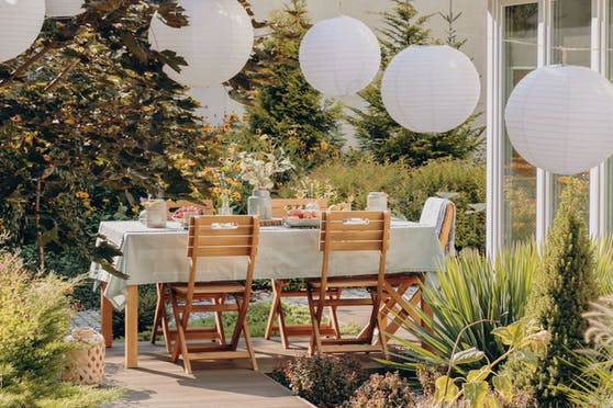 Gartenmöbel aus Holz erfreuen sich nach wie vor großer Beliebtheit.