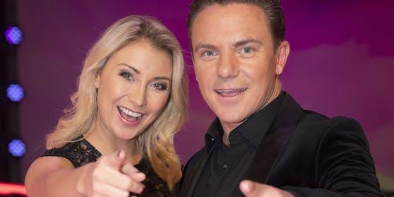 Seit 2016 sind Anna Carina Woitschack und Stefan Mross ein Paar, im Juni 2020 haben sie in der TV-Show von Florian Silbereisen geheiratet - siehe Video ganz unten.
