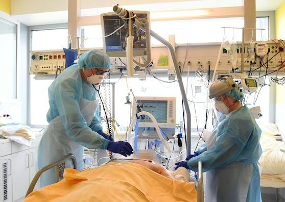 Im Bild: Ein Patient auf der Intensivstation des Universitätsklinikums Tulln.