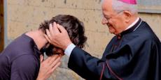 Priester beichtet Gemeinde seine Liebe zu einer Frau