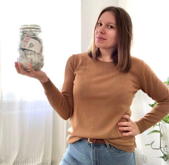 Annemarie Miesbauers Jahresmüll passt in ein Rexglas.