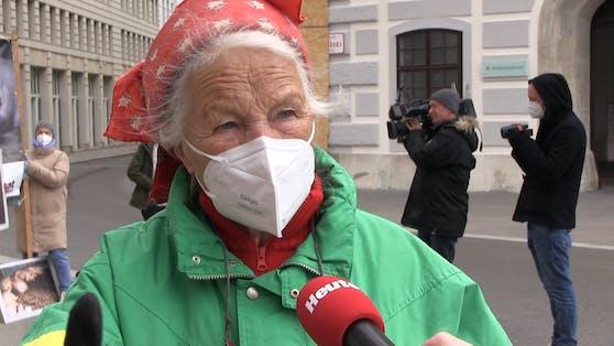 Josefine Jagschitz (82) kämpft unermüdlich für artgerechte Tierhaltung.