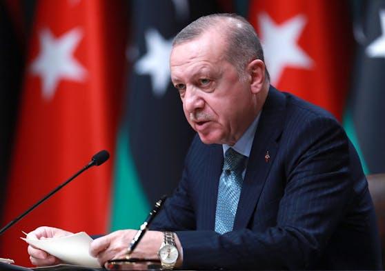 Wegen der hohen Corona-Neuinfektionen am Dienstag, verschärft Präsident Erdogan die Corona-Maßnahmen in der Türkei.