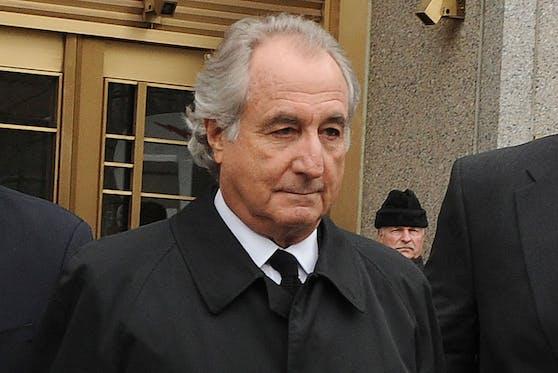 """Bernard """"Bernie"""" Madoff 2009 nach einer Gerichtsverhandlung in den USA."""