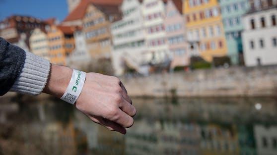 In Tübingen erhält man bei einem negativen Corona-Test in der Stadt ein Armband.